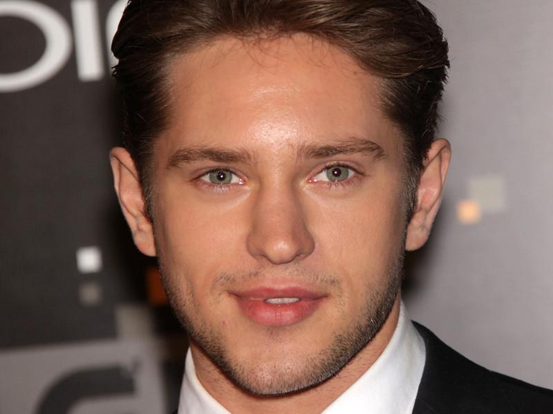 Париса сыграет 25-летний австралийский актер Луис Хантер