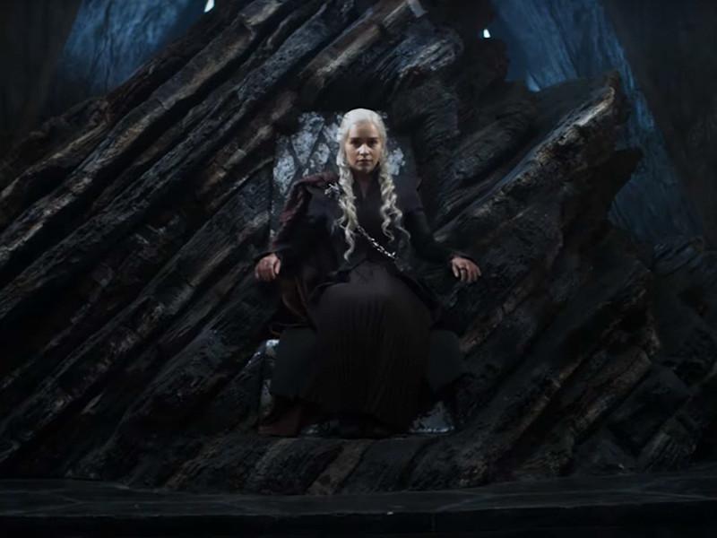 """Ролик был опубликован под названием """"Долгий путь"""". В нем трое ключевых героев шоу, Серсея Ланнистер, Джон Сноу и Дейнерис Таргариен, под песню  """"Sit  Down""""  группы  James идут по длинным коридорам. В итоге Серсея занимает Железный трон, Дейнерис - трон из дерева и камня, а Джон остается стоять"""