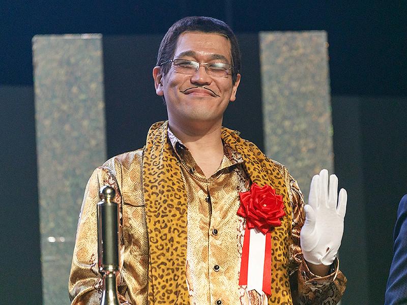 Японскому комику и диджею Кацухико Косаки по прозвищу Piko-Taro, который прославился песней про ананас, яблоко и ручку, подарили годовой запас ананасов от американской корпорации Dole