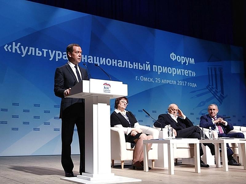 """Медведев призвал чиновников """"подавлять в себе соблазн объяснять художнику, что он должен делать"""""""