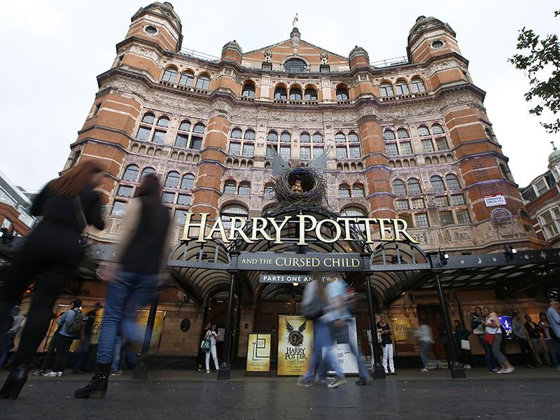 """Спектакль, поставленный по пьесе Джоан Роулинг """"Гарри Поттер и проклятое дитя"""", получил британские театральные премии имени Лоуренса Оливье в девяти категориях. Постановка была представлена в 11 номинациях, что стало абсолютным рекордом в истории награды"""