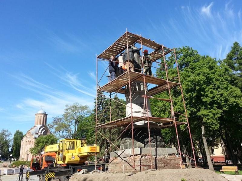 В Чернигове в рамках реконструкции памятника гетману Богдану Хмельницкому скульптуру развернули на 180 градусов
