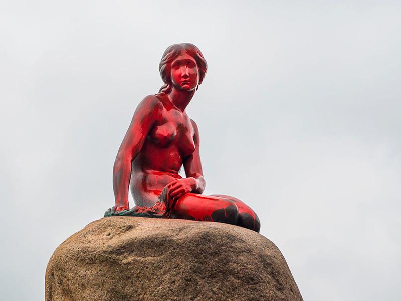 Вандалы облили красной краской статую Русалочки в Копенгагене
