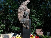 В Петербурге провокаторы осквернили, а затем привели в порядок могилу Виктора Цоя