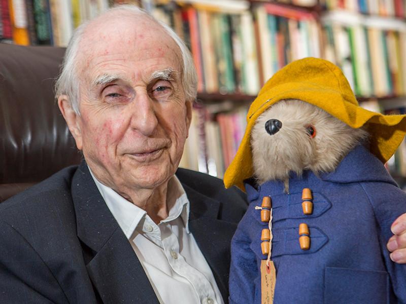 В Великобритании на 92-м году жизни скончался английский писатель, автор серии сказок о медвежонке Паддингтоне Майкл Бонд