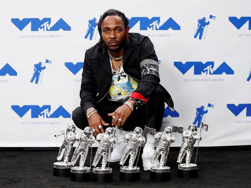 """В Инглвуде (штат Калифорния) в воскресенье, 27 августа, состоялась 34-я церемония вручения наград MTV Video Music Awards. Обладателем премии в шести номинациях, включая главную награду """"Видео года"""" за клип на композицию Humble, стал американский хип-хоп исполнитель Кендрик Ламар"""