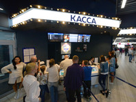 """Посетители в киноцентре """"Иллюзион Парк"""" во Владивостоке перед началом специального показа фильма Алексея Учителя """"Матильда"""", 11 сентября 2017 года"""