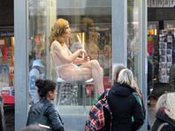 Финский суд признал право художника держать голую старушку в стеклянной банке