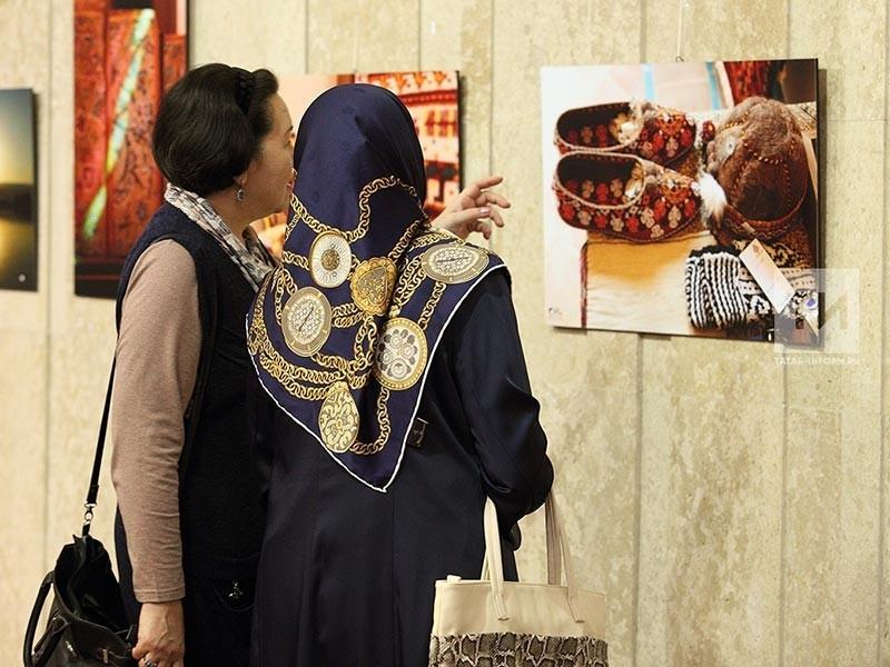 """В Национальном культурном центре """"Казань"""" во вторник, 17 октября, открылась фотовыставка 11-летнего вундеркинда Хадема Азгади Парсы """"Архитектура и природа в Иране"""". Вместе с юным фотографом свои работы представил его учитель Киани Хосейн"""