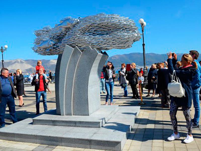 В Новороссийске поставили памятник рыбе, спасшей город от голода