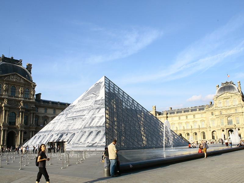 Лувр за пару недель до открытия выставки отказался от совокупляющихся конструктивистских монстров