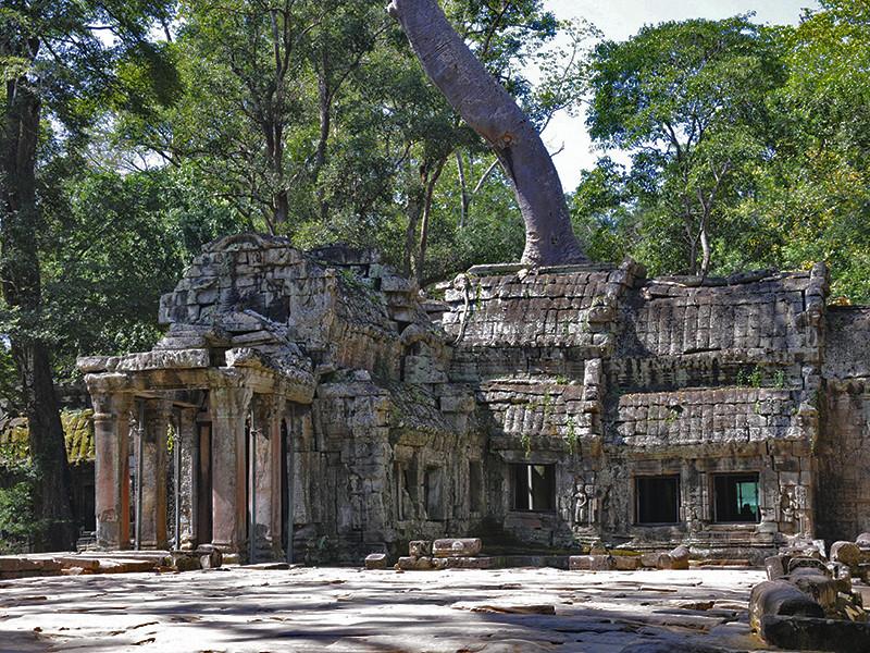 """Ироничный голливудский блокбастер """"Kingsman: Золотое кольцо"""" запретили в Камбодже, потому что в фильме один из узнаваемы камбоджийских храмов показан как секретное убежище наркокартеля"""