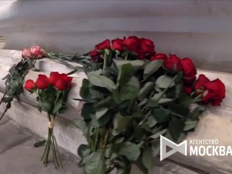 Цветы у Большого театра в связи со смертью оперного певца Дмитрия Хворостовского, 22 ноября 2017 года