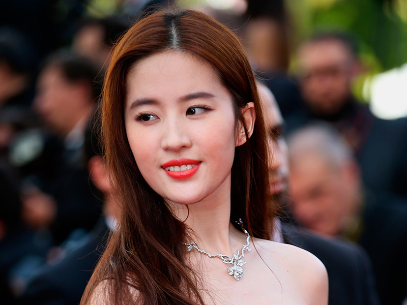 Студия Disney объявила об итогах конкурсного отбора, согласно которым на роль Мулан в экранизации классического мультфильма приглашена китайская актриса Лю Ифэй