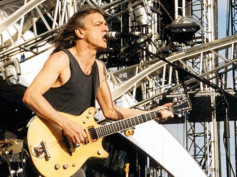 Малькольм Янг, один из основателей и участник австралийской группы AC/DC, скончался в субботу на 65-м году жизни