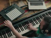 Американский музыкант превратил рояль в гитару, чтобы исполнить Hotel California в дуэте с собакой (ВИДЕО)