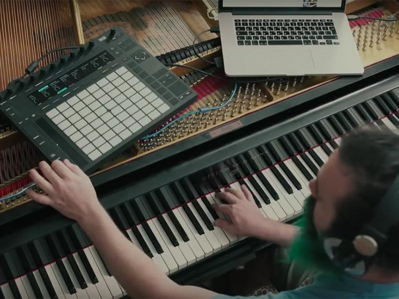 Американский музыкант и блогер Рон Минис, выросший в семье выходцев из России, показал, как превратить рояль в гитару