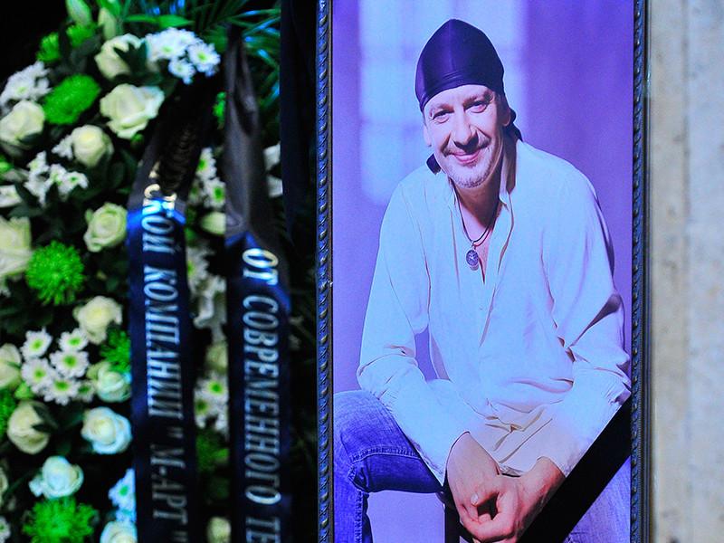 Напомним, о скоропостижой кончине 48-летнего актера стало известно 15 октября. Марьянов вместе с друзьями ехал в автомобиле из Подмосковья, когда ему стало плохо. Скорая помощь доставила его в больницу города Лобня, но спасти жизнь артиста не удалось