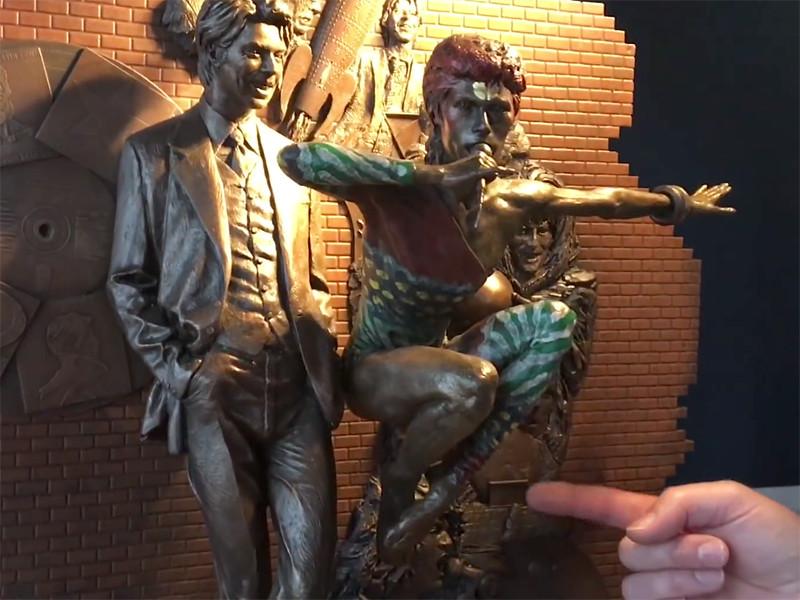 Первый в мире памятник музыканту Дэвиду Боуи будет официально открыт 25 марта в городе Эйлсбери, графство Бэкингемшир, Англия