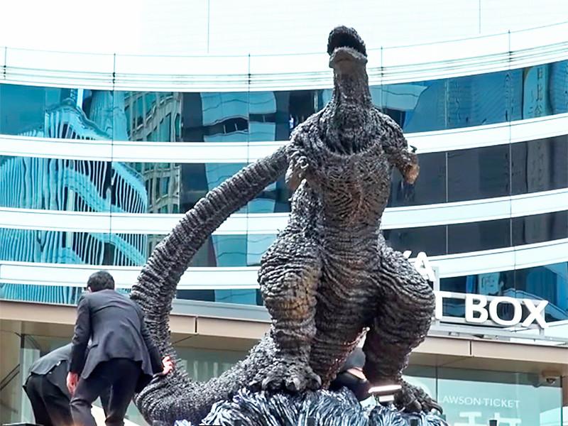 В центре Токио появился трехметровый памятник легендарному киномонстру Годзилле