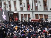 """Тысячи человек пришли в МХТ проститься с Олегом Табаковым. Путин """"смахнул слезу"""""""