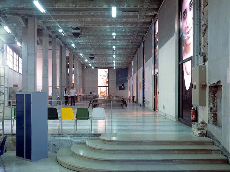 """Музей современного искусства Парижа начинает """"голые экскурсии"""", открыв двери для нудистов: всю одежду можно оставить в гардеробе"""