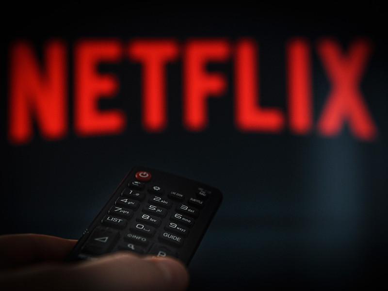 """Сервис Netflix продлил британский сериал-антологию по сценарию Чарли Брукера """"Черное зеркало"""" на пятый сезон"""