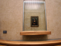 """С 2005 года """"Мона Лиза"""" экспонируется в Лувре в отдельном помещении. Кроме того, она находится внутри прозрачного пуленепробиваемого футляра, дабы на нее не воздействовали никакие внешние факторы"""