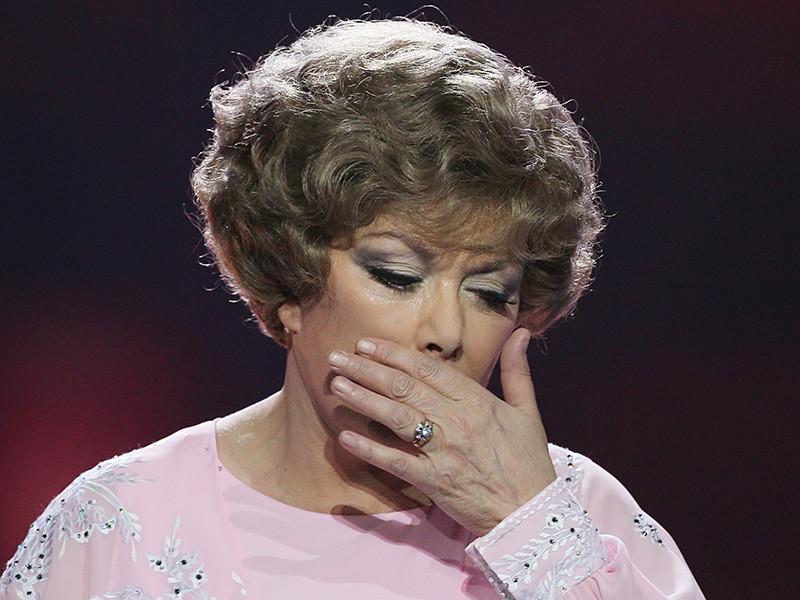 Певицу Эдиту Пьеху госпитализировали в Петербурге. Произошло это из-за обострения бронхита. В интервью журналистам она призналась, что с трудом говорит, но надеется, что все будет в порядке