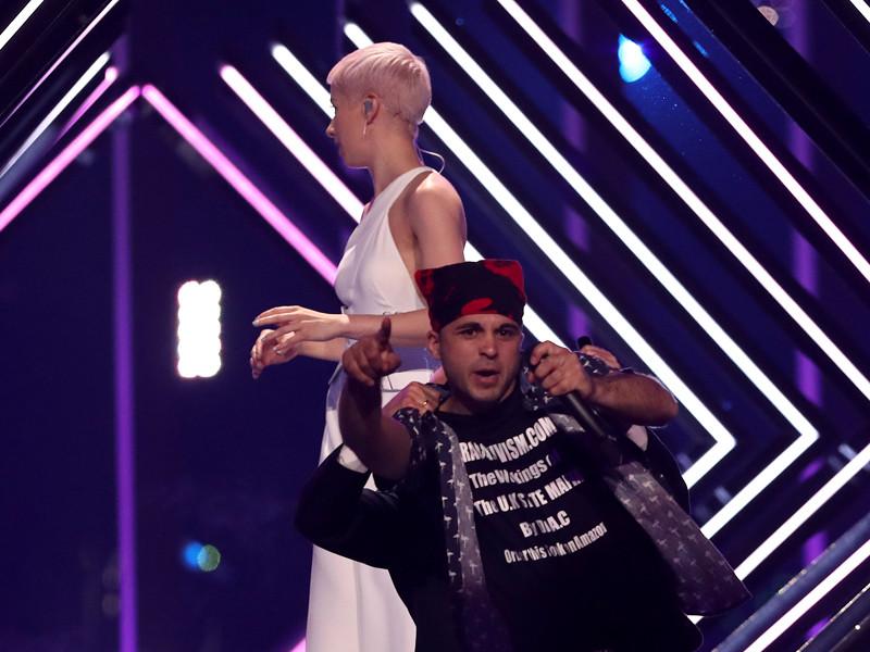 """Активист, отобравший на сцене """"Евровидения"""" микрофон у певицы SuRie, заявил, что его избивали и пытали десятки полицейских"""