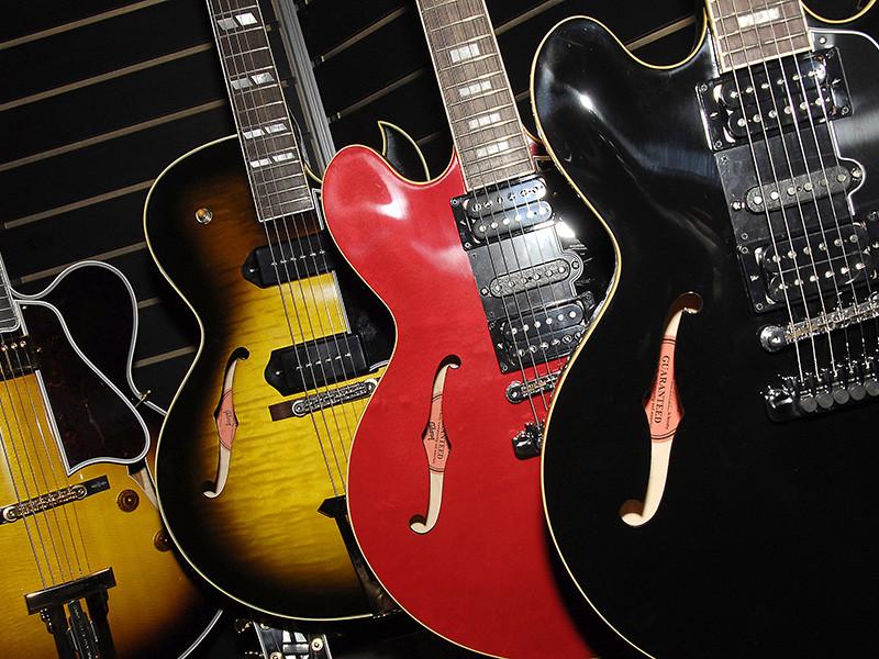 Культовый производитель гитар Gibson, на инструментах которого играли Элвис Пресли и Би Би Кинг, объявил о банкротстве. На сегодняшний день долг компании составляет 500 миллионов долларов