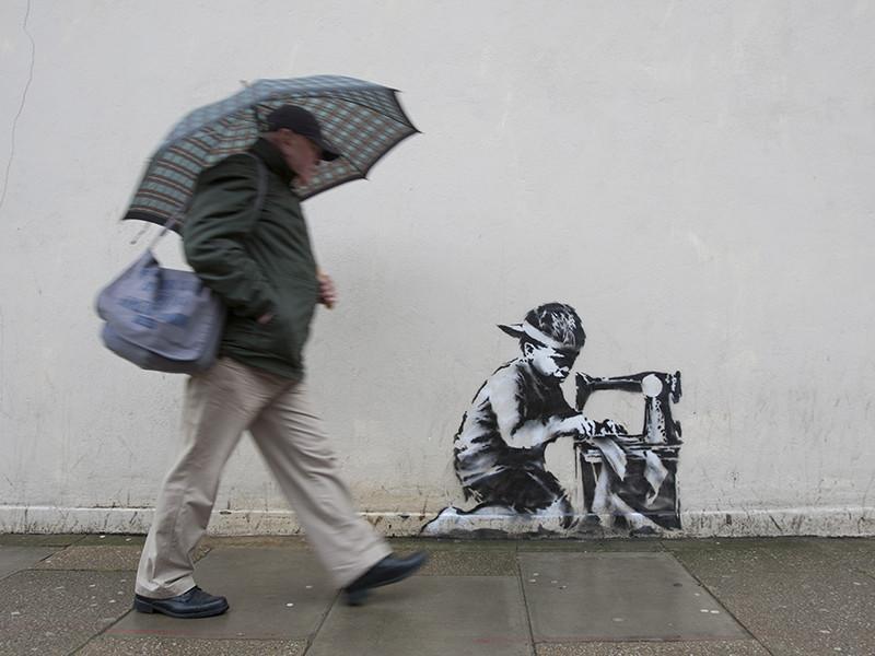 Работы знаменитого британского уличного художника Бэнкси теперь появились и в Москве. Правда не надолго - только до 2 сентября 2018 года
