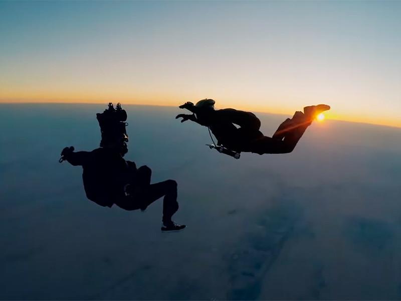 """Том Круз на съемках """"Миссия невыполнима: Последствия"""" совершил затяжной прыжок HALO с высоты 7 км и уже снимается в новом кино"""