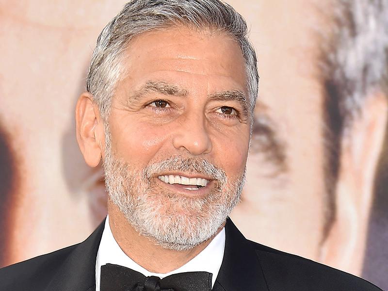 "57-летний голливудский актер Джордж Клуни, который сейчас снимает в Италии на острове Сардиния мини-сериал ""Уловка-22"", ехал на скутере на съемки, когда попал под Mercedes"