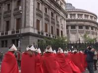 """В Аргентине на улицы Буэнос-Айреса вышли сотни женщин в красном одеянии, как в сериале """"Рассказ служанки"""", протестуя против запрета абортов"""