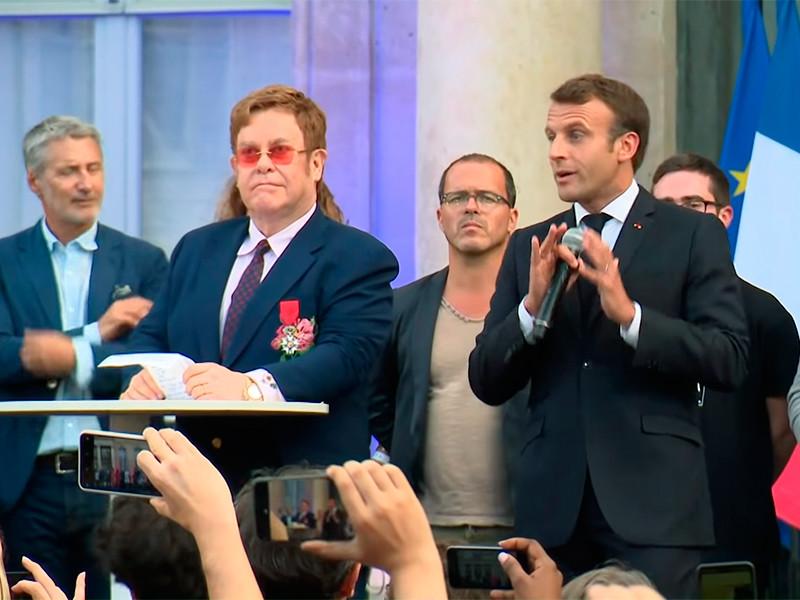 Элтон Джон стал кавалером ордена Почетного легиона - высшей награды Франции