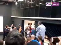 """В Театре.doc гомофобы пытались сорвать спектакль """"Выйти из шкафа"""" об однополой любви"""