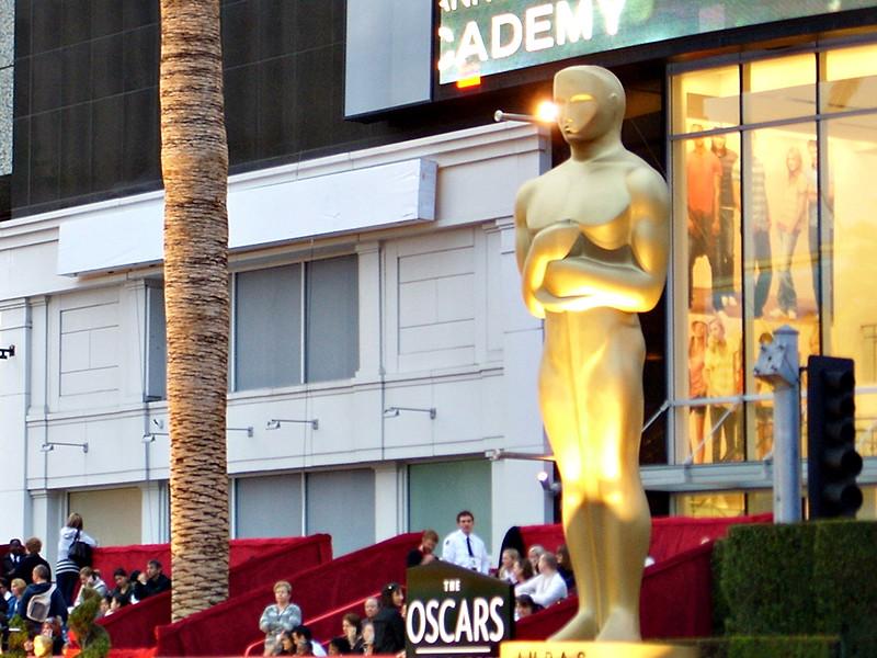 Помимо собственно золотой статуэтки неотъемлемой частью торжества стали подарочные наборы, которые за неделю до церемонии вручают всем номинантам в основных категориях - за лучшую роль и режиссуру