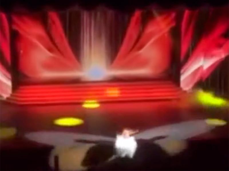 В Красноярске певица упала в оркестровую яму с высоты трех метров и сломала стопу, но допела песню (ВИДЕО)
