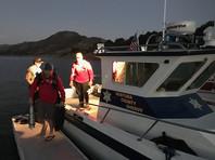 Полиция начала поисковую операцию с привлечением водолазов, кинологов, вертолетов и оборудованных камерами подводных аппаратов с дистанционным управлением. Поиски осложнялись тем, что в озере много водорослей, скрывших место, где находилось тело