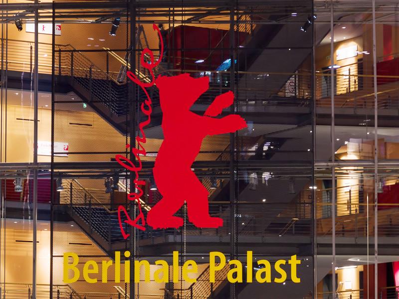 """Награды актерам на Берлинском кинофестивале в 2021 году впервые будут иметь гендерно-нейтральные формулировки. Берлинале откажется от вручения призов лучшему актеру и актрисе: вместо них будет вручаться """"Серебряный медведь"""" за лучшую главную роль и за лучшую роль второго плана"""