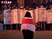 Картина напоминает бело-красно-белый флаг независимой Беларуси в 1991-1995 годах, который стал символом оппозиции в стране