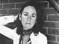 """Луиза Глюк родилась в 1943 году в Нью-Йорке. Свой первый сборник """"Первенец"""" поэтесса выпустила в 1968 году, а изданный в 1992 году """"Дикий ирис"""" был удостоен Пулитцеровской премии"""