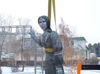 Памятник был открыт в Нововоронеже (Воронежская область) 18 декабря в честь 250-летия села Новая Аленовка. Спустя три дня местная администрация демонтировала арт-объект