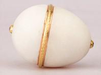"""Так, исследование """"Императорского пасхального яйца с сюрпризом в виде курочки"""" показало, что самой яйцо белой эмали с сюрпризом в виде желтка, курочки, короны и двух рубиновых подвесок было изготовлено не ранее 1895 года и не позднее 1897 года"""