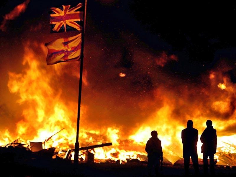 В ночь с понедельника на вторник столица Северной Ирландии в очередной раз озарилась пламенем многочисленных костров. Так здесь представители протестантского Ордена оранжистов празднуют годовщину битвы, произошедшей в 1690 году на реке Бойн