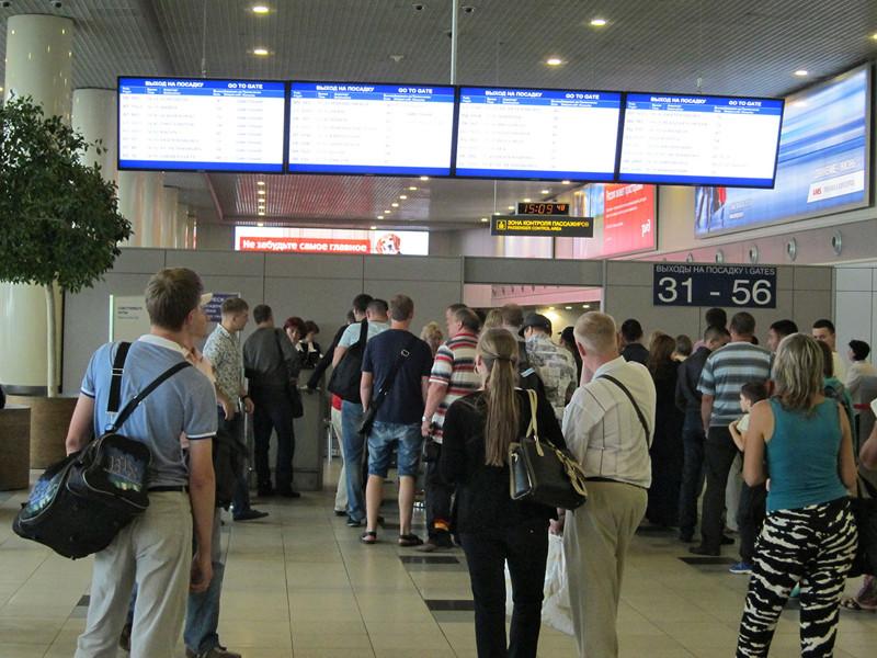 Предприниматель из Красноярска устроил скандал в столичном аэропорту Домодедово из-за отказ сотрудников авиакомпании S7 Airlines пустить его на рейс в Абакан с бутылкой святой воды в ручной клади