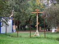 """Полиция задержала противников строительства храма в столичном парке """"Торфянка"""", пытавшихся сломать провозглашаемый крест"""