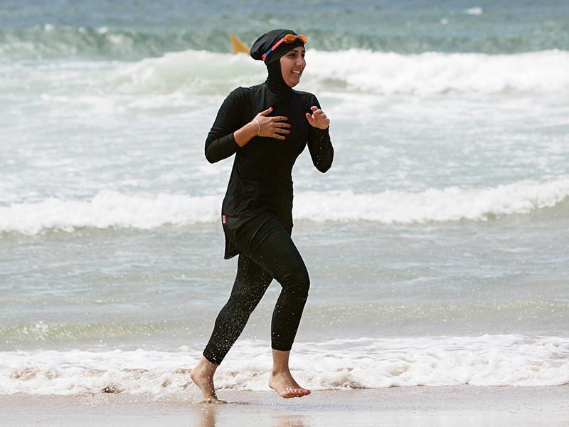 Власти французского города Канны запретили ношение на пляжах буркини - купального костюма для мусульманок, полностью закрывающего тело в соответствии с нормами ислама