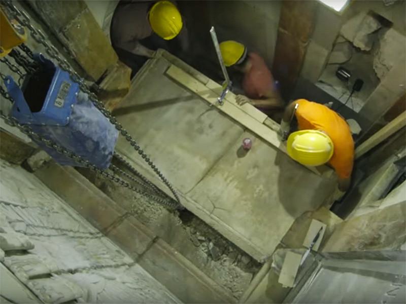 Археологи, занимающиеся в Иерусалиме реставрацией гробницы Иисуса Христа в храме Гроба Господня, опубликовали видеозапись с кадрами перемещения мраморной плиты, защищавшей место погребения Христа